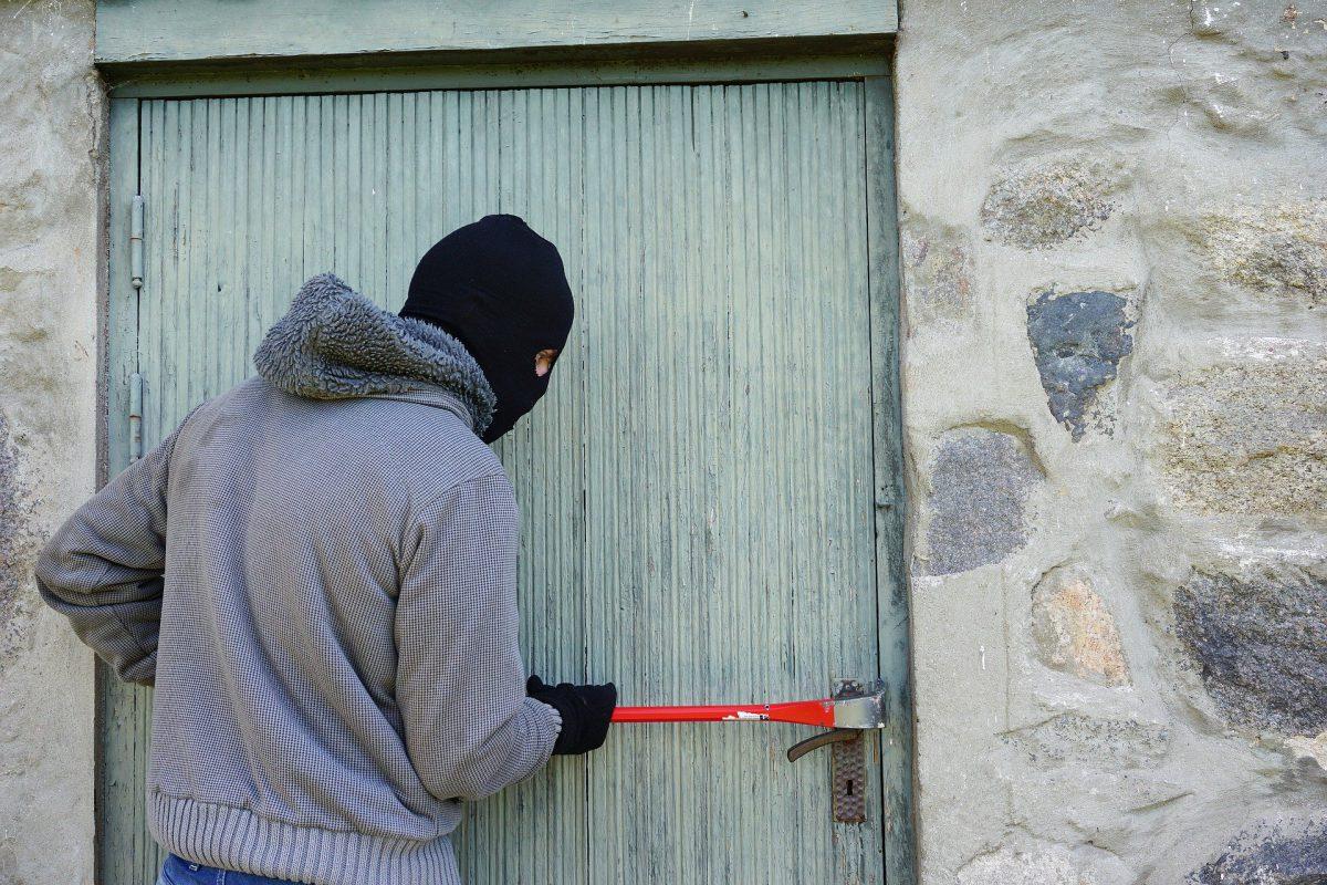 Unbekannte wollen mit Diebesgut flüchten und verletzen zwei Personen – Polizei sucht Zeugen